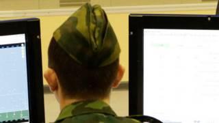 Солдат біля комп'ютерів
