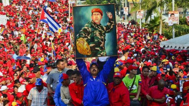 El presidente venezolano, Nicolás Maduro, sostiene un retrato de su fallecido antecesor Hugo Chávez.
