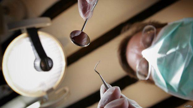 Dentista con instrumentos