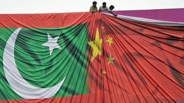 पाकिस्तान और चीन के झंडे.