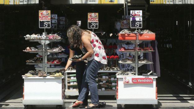 Una mujer se prueba zapatos en una tienda de Sao Paulo.