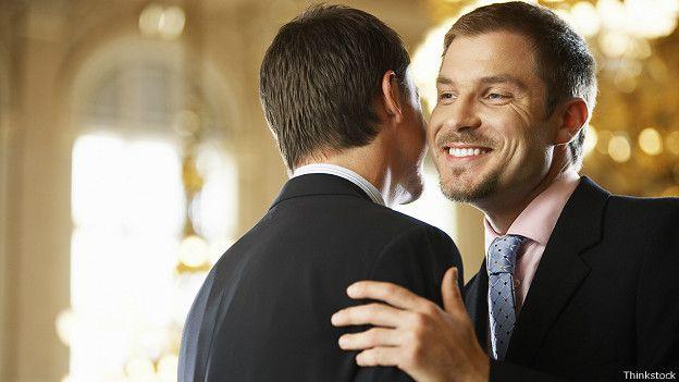 Два парня целуют друг друга