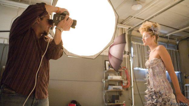 Un fotógrafo y una modelo