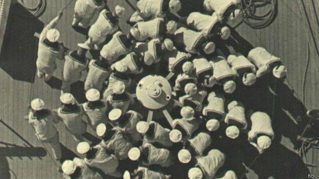 Marinos levantando el ancla