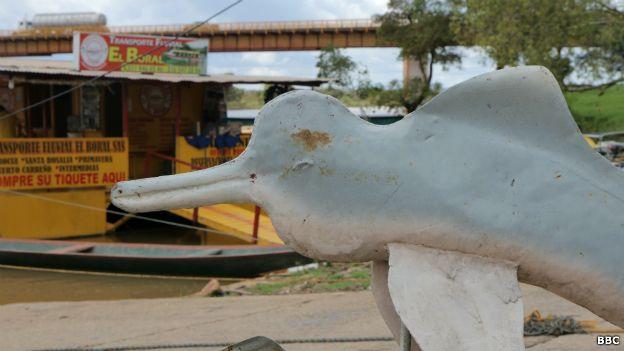 Escultura de delfín rosado
