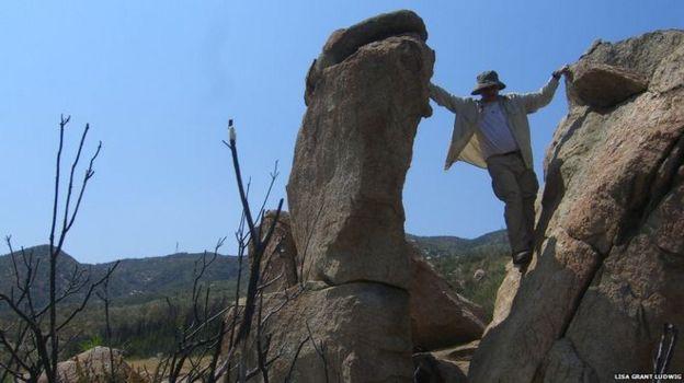 Equipo investigando las rocas