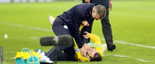 El exentrenador del Leicester City Nigel Pearson evitó una sanción por este gesto contra el mediocampista del Crystal Palace James McArthur.