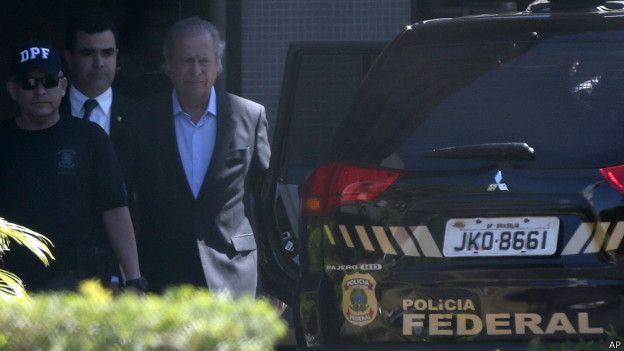 José Dirceu, exjefe de gabinete del presidente brasileño, detenido por la policía.