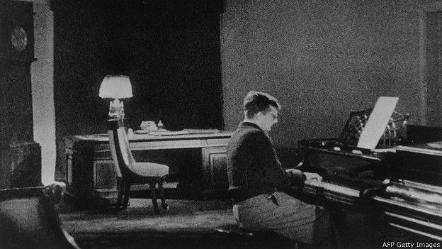 Дмитрий Шостакович за роялем