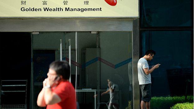 Joven frente a empresa telefónica en China