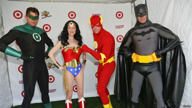 Personas disfrazadas de superhéroes