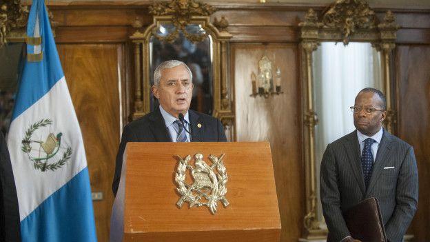 El embajador de EE.UU. observa al presidente Pérez Molina