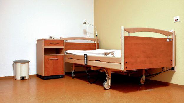 Пустая больничная кровать