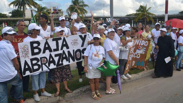 Un grupo de personas esperan para ver al papa Francisco