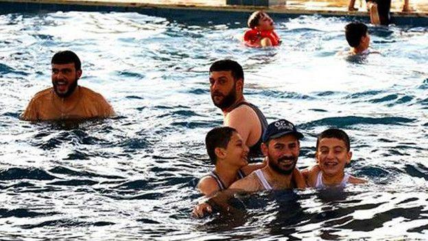 Мужчины в бассейне