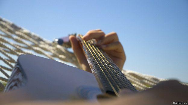 Руки перебирают струны гитары