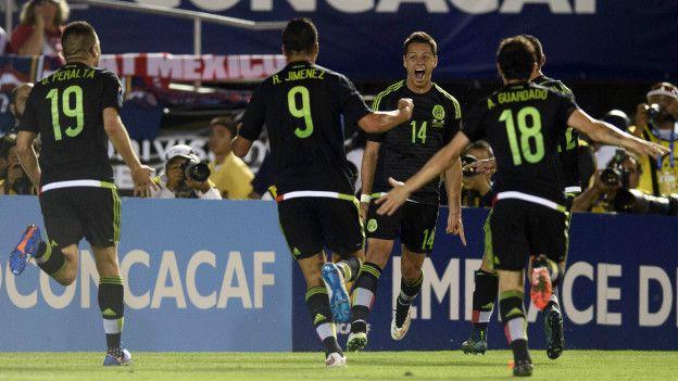 La selección mexicana celebra un gol de Chicharito.