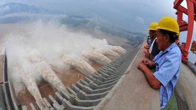 Ingenieros miran la represa
