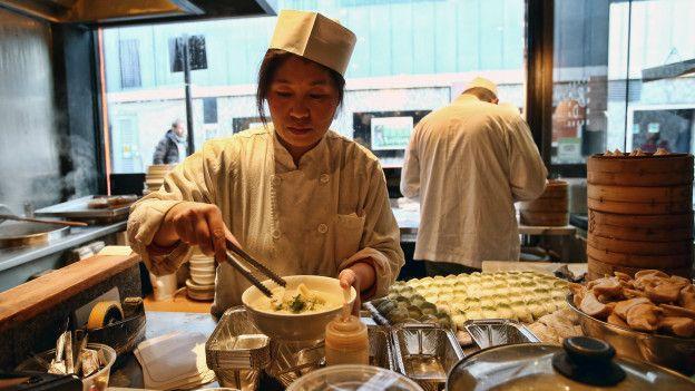 Una cocinera en un restaurante chino