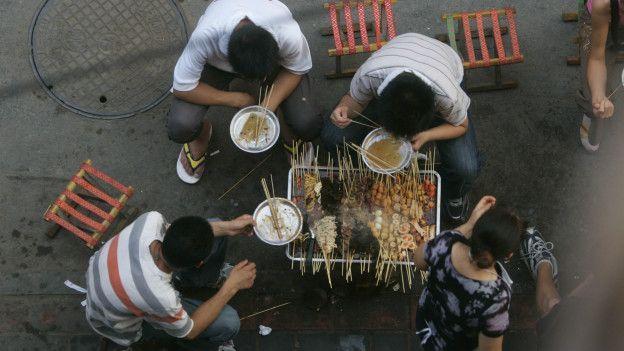 Unas personas comiendo comida china