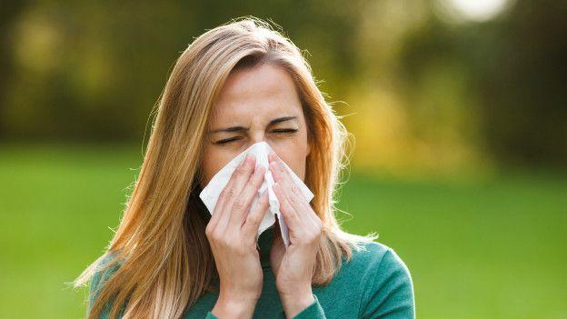 Una persona estornudando