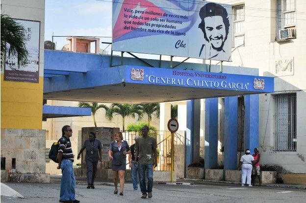 У здания больницы в Гаване