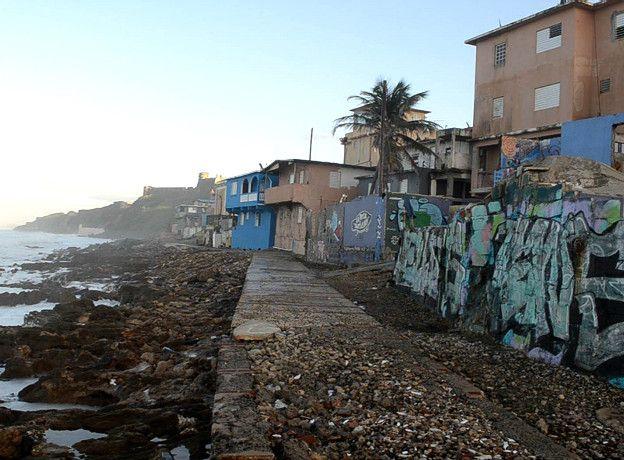 Image caption Durante años, La Perla fue conocida por ser un barrio inundado por el tráfico de drogas y los asesinatos.