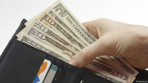 Dolares en una cartera