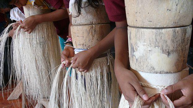 Alumnos tejiendo sombreros