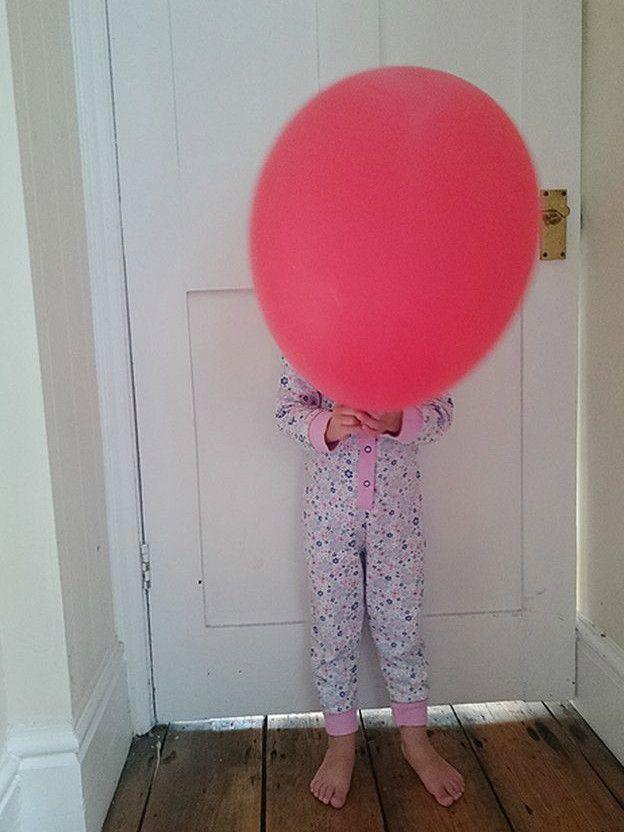 Niña con globo en mano