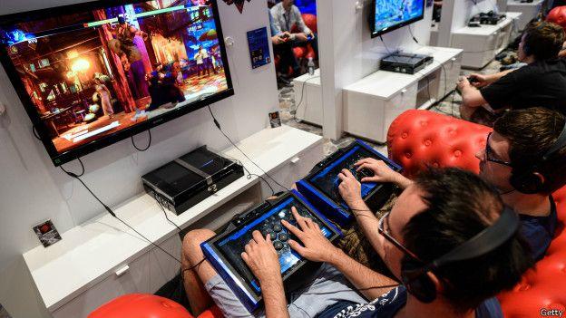 Jóvenes jugando con un video