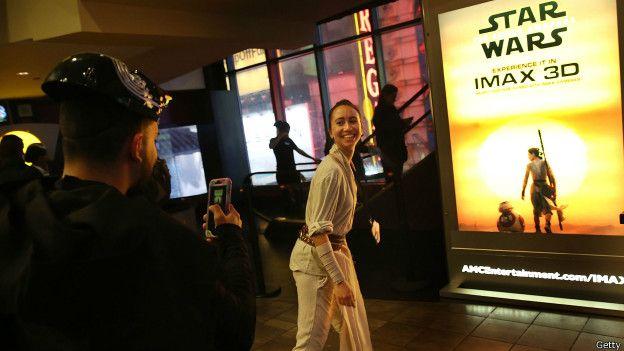 Mujer posando frente a poster de Star Wars