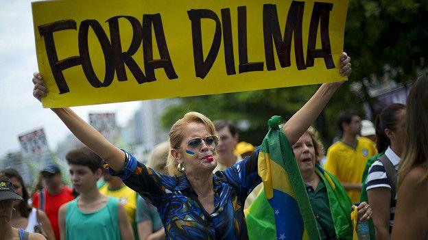 La presidenta brasileña, Dilma Rousseff, pronuncia un discurso desde el palacio presidencial de Planalto, en Brasilia.