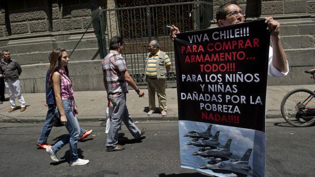 Un hombre protesta en Chile.