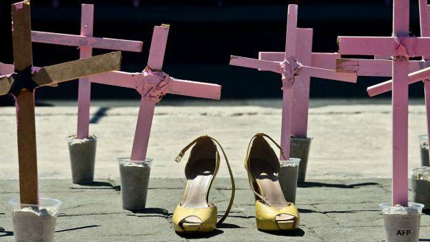 Cruces y zapatos en protesta por los feminicidios de mujeres en México