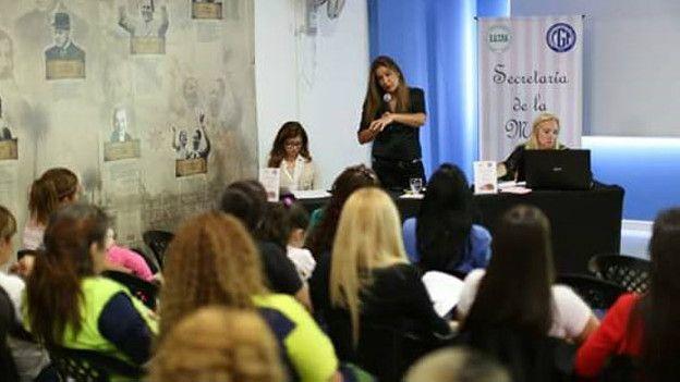 Corina Fernández, en una de las charlas que brinda para ayudar a mujeres víctimas de las violencia de género.