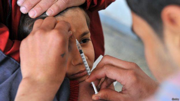 Un niño es vacunado