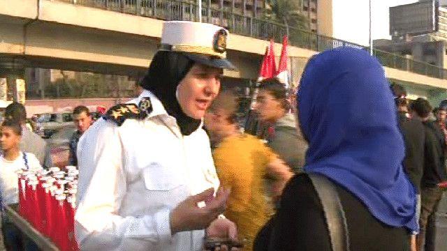 شرطية مصرية تتحدث الى احدى المواطنات
