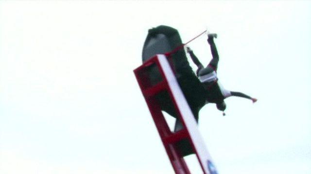 homem em salto de base jump | Reprodução de vídeo