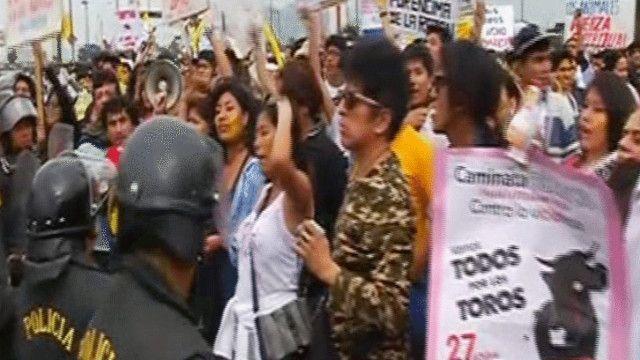مشادات بين الشرطة ومتظاهرين بسبب مصارعة الثيران