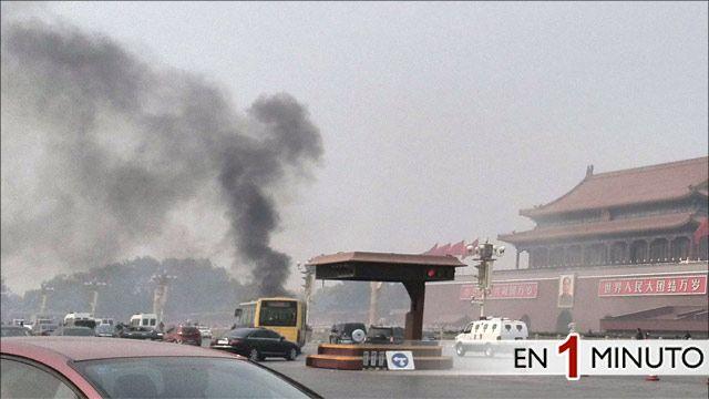 Coche en llamas en la plaza de Tiananmen