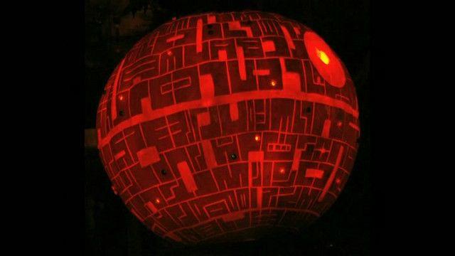 Bí ngô được chạm trổ vào dịp Halloween với hình Các vì sao đã chết từ phim Star Wars