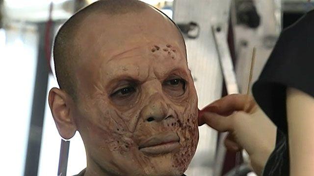 Atores passam horas na maquiagem antes de começar o trabalho nas 'Noites do Terror' (BBC)