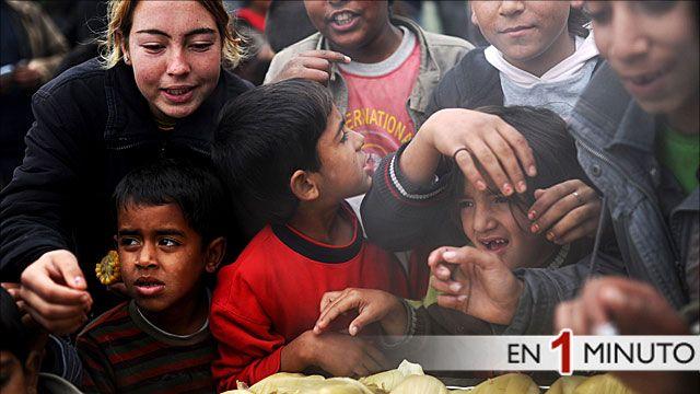 Niños sirios recibiendo comida