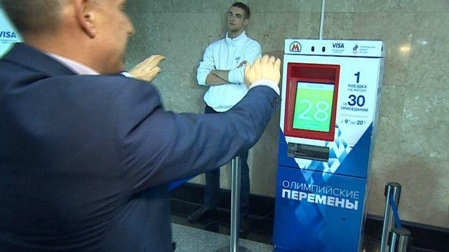 Стив Розенберг во время приседаний в московском метро