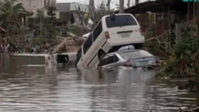 carros empilhados nas Filipinas | BBC