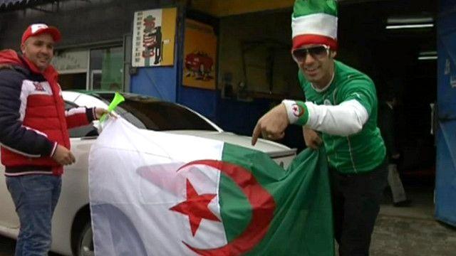 مشجعون يحملون العلم الجزائري