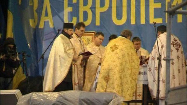 Народне віче на Майдані розпочалось із молебню