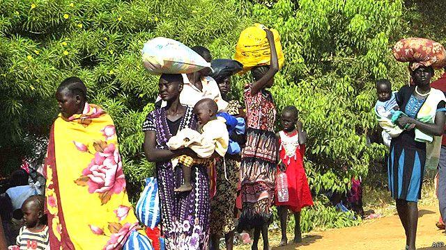 Madres con sus hijos que abandonaron sus hogares por la lucha en Sudán del Sur