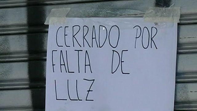 Funcionários públicos foram dispensados e governo pediu o desligamento de cartazes com neon (BBC)